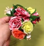 Браслет с розами и фрезиями.
